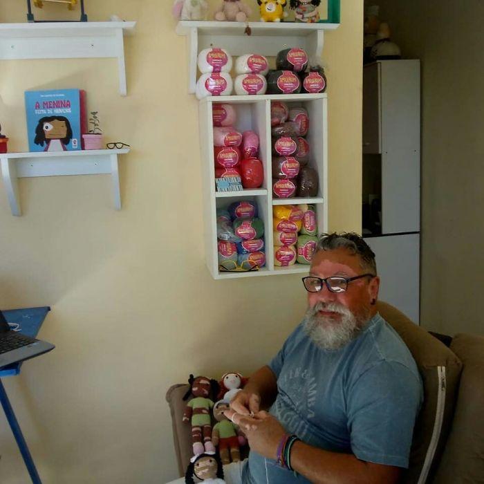 дядо плете кукли витилиго
