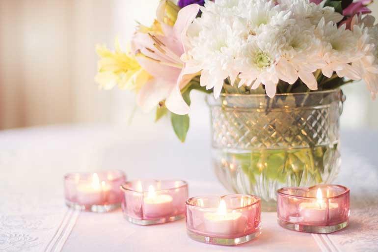 Красива свещ със символиката на Свети Валентин