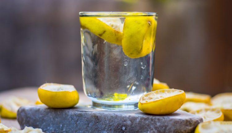 лимон с вода