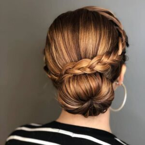 прическа за дълга гъста коса кок с плитка